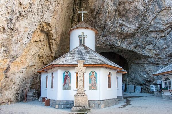Manastirea Pestera Ialomitei, Dambovita, obiective turistice | 365romania.ro