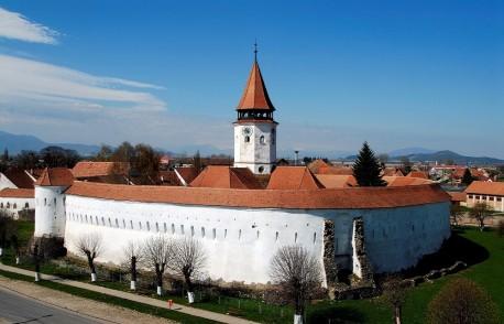 Cetatea Țărănească Prejmer a fost ridicata între secolele XIII-XV, fiind cea mai mare din sud-estul Europei. Construcția cetății începe cu înălțarea bisericii de către cavalerii teutoni în secolul XIII. În secolul următor sunt înălțate zidurile fortificate ce aveau rol de apărare, înconjurate de un șanț de apă. Zidurile fortificate sunt înalte de 12m și au grosimi de 3-4m. În partea superioară a zidurilor există mici deschideri care au fost folosite pentru a trage în cei care atacau cetatea sau pentru a turna smoală. Pe zidul interior au fost construite pe 4 niveluri, peste 270 de camere folosite ca loc de adăpost, de păstrare a proviziilor sau armelor în funcție de situație, pace sau război. Fiecare familie din sat avea o camera în cetate care se moștenea și al cărei număr corespundea cu numărul casei din sat a familiei respective. Între toate nivelurile, pentru acces există scări de lemn. În biserica evanghelică Prejmer, în care încă se mai oficiază slujbe, există cel mai vechi altar gotic triptic pictat pe ambele părți.  După 1960 Cetatea Țărănească Prejmer a avut parte de restaurări și a fost amenajat un muzeu cu expoziții permanente. În muzeul amenajat în incinta cetății puteți vizita o sală de clasă veche cu instrumente de învățat: bănci de lemn, socotitoare, tăblițe de lemn; încăperi cu unelte folosite în agricultura sau industria textilă, precum și încăperi în care sunt expuse obiecte de cult și piese de mobilier pictat.